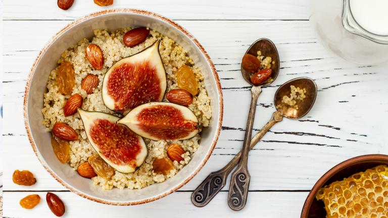 Amaranth und Quinoa-Brei-Frühstücksschüssel mit Feigen, karamellisierten Mandeln, Rosinen und Honig