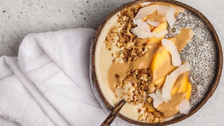 Smoothie Bowl mit Kokos und Pfirsich